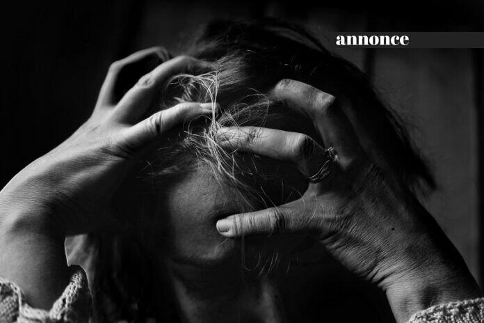 Et sort hvid billede af en kvinde som roder sig selv i håret